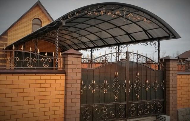 Как сделать навес из поликарбоната во дворе частного дома своими руками