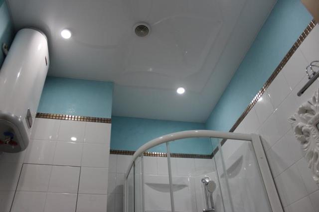 Как сделать пол, окно и вентиляцию в ванной в частном доме своими руками