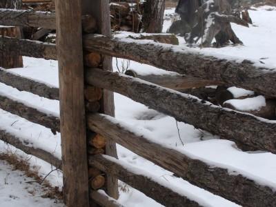Как сделать легкий забор и изгородь из жердей своими руками