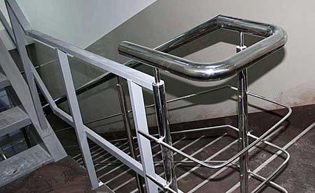 Лестница в многоквартирном многоэтажном жилом доме