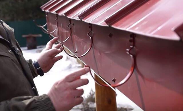 Как сделать водосток из подручных материалов своими руками